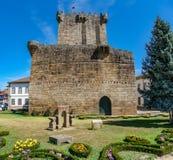 Alter Turm und Schloss in Chaves, Portugal stockbild