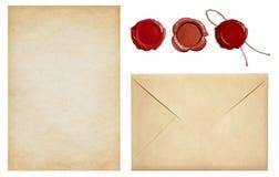Alter Umschlag und Briefpapier mit Wachssiegelstempeln stellten lokalisiert ein Stockfotografie