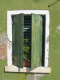 Alter und kränklicher grüner Balkon in einem grünen Haus Lizenzfreies Stockfoto