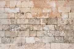 Alter und verwitterter großer Stein blockiert Wand Stockbild