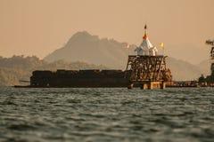 Alter Unterwassertempel, alter Montag-Tempel überhaupt unter Wasser, Sangkhlaburi, Kanchanaburi stockbild