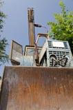 Alter verfallener Traktor im Yard Stockbilder