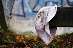Alter vergessener schmutziger Hut Lizenzfreie Stockfotos