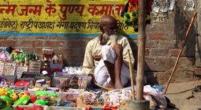 Alter Verkaufsmann auf dem Straßenseitenshop Stockbilder