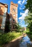 Alter verlassener Backsteinbau am Sommertag stockbild