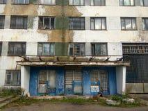 Alter verlassener Eingang zu einer Anlage Lizenzfreies Stockbild