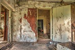 Alter verlassener Häuschen-Haus-Ausgangsinnenraum Stockfotografie