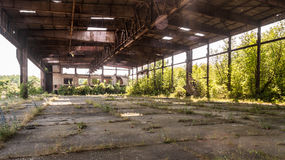 Alter verlassener Hangar des Militärflughafens Stockfotografie