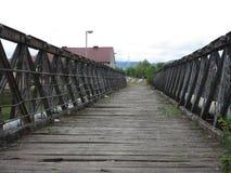 Alter verlassener Holzbrücke- + Metallbau, über dem Fluss Vrbas, Stadt von Banja Luka, Bosnien, Republik von Stockbilder