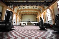 Alter verlassener leerer Innenraum des Industriegebäudes Stockfotos