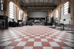 Alter verlassener leerer Innenraum des Industriegebäudes Lizenzfreie Stockfotos