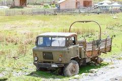 Alter verlassener rostiger Militär-LKW Sonniger Tag in Ushguli, Svaneti, Georgia lizenzfreie stockbilder