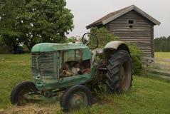 Alter verlassener rostiger Traktor. Stockbilder