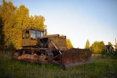 Alter verlassener russischer rostiger Traktor Stockfoto