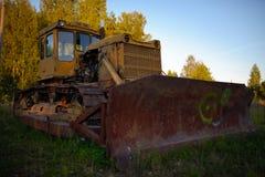 Alter verlassener russischer rostiger Traktor Stockbild