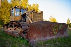 Alter verlassener russischer rostiger Traktor Stockfotografie