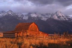 Alter verlassener Stall am Sonnenaufgang Lizenzfreies Stockfoto
