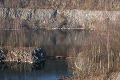 Alter verlassener Tagebau lizenzfreie stockfotos
