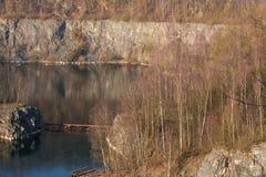 Alter verlassener Tagebau lizenzfreie stockbilder