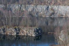 Alter verlassener Tagebau lizenzfreies stockbild