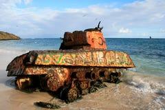 Alter verrosteter Behälter auf dem Strand in Puerto Rico Stockbilder