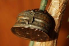 Alter verschlossener Zinnkasten stockfotografie