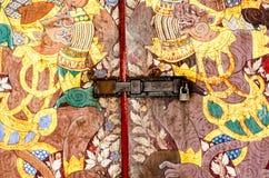 Alter Verschluss auf dem Holztürabschluß auf der Wand Stockfotografie