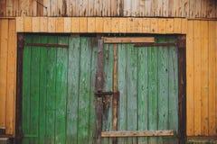 Alter Verschluss auf der hölzernen alten Tür Stockfotos