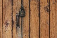 Alter Verschluss auf der Tür schließen Sie auf die Tür eines alten Bauernhauses zu wahre Dorfart Nahaufnahme Fokus auf Verschluss Stockfotografie