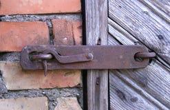 Alter Verschluss auf der Tür wahre Dorfart Lizenzfreies Stockbild
