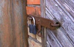 Alter Verschluss auf der Tür wahre Dorfart Lizenzfreies Stockfoto