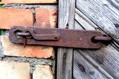 Alter Verschluss auf der Tür wahre Dorfart Stockbild