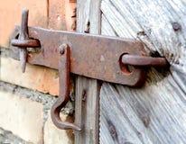 Alter Verschluss auf der Tür wahre Dorfart Lizenzfreie Stockfotografie