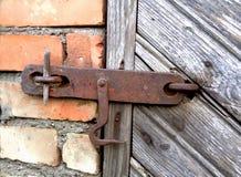 Alter Verschluss auf der Tür wahre Dorfart Stockfotos