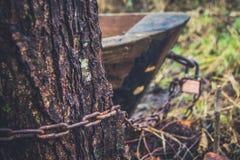 Alter Verschluss und rostige Kette auf einem hölzernen Boot Stockfotografie
