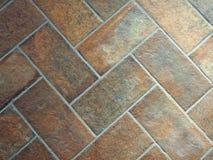 Alter verwitterter brauner Steinfliesenbodenbelag Rustikaler Innenraum, Abschluss oben stockfoto