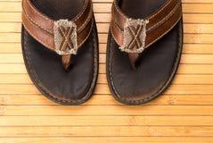 Alter verwitterter lederner Flip Flops Stockbilder