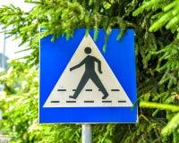 Alter, verwitterter und verletzter Fußgängerübergang unterzeichnen herein das stre Lizenzfreie Stockbilder