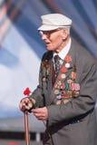 Alter Veteran des Zweiten Weltkrieges nahe Tribünen Stockfotos