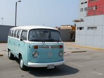 Alter Volkswagen-Transporter geparkt in Lima Stockbilder