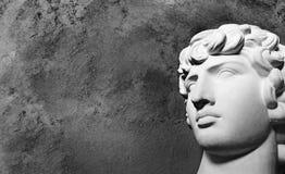 Alter von griechische Gipsfigur der Renaissance Haupt-antine auf einem dunklen Hintergrund stockbild