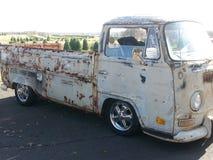 Alter VW heben LKW auf stockfotografie