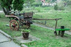 Alter Wagen auf dem Feld Stockbilder