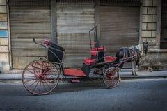 Alter Wagen auf Straße mit Pferd, Retrostilbild im La Havana, Kuba Lizenzfreie Stockfotos