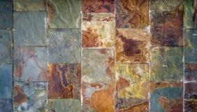 Alter Wandhintergrund gemacht von den Rost-farbigen Fliesen in einer schmutzigen grungy Beschaffenheitsart Stockfotografie