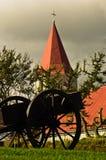 Alter Warenkorb vor typischer isländischer Kirche an Glaumbaer-Bauernhof Lizenzfreies Stockfoto