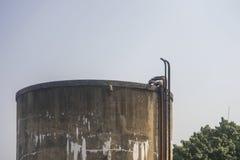 Alter Wasserbehälter industriell oder Weinlesebehälter stockfotografie