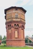 Alter Wasserturm nahe der Eisenbahn Lizenzfreies Stockfoto