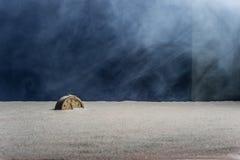 Alter Wecker auf Sand und blauem Hintergrund Stockbild