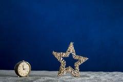 Alter Wecker auf Sand und blauem Hintergrund Lizenzfreie Stockbilder